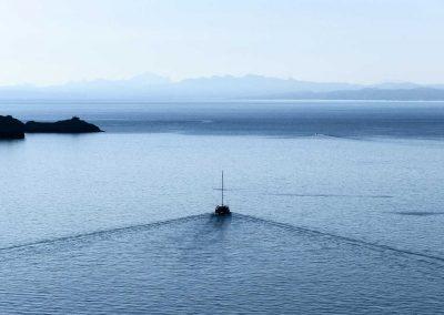 Ein Katamaran auf dem Weg von Korsika nach Sardinien im Morgenlicht