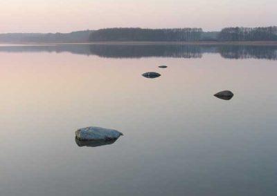 Steine im Seddiner See an einem Novembertag