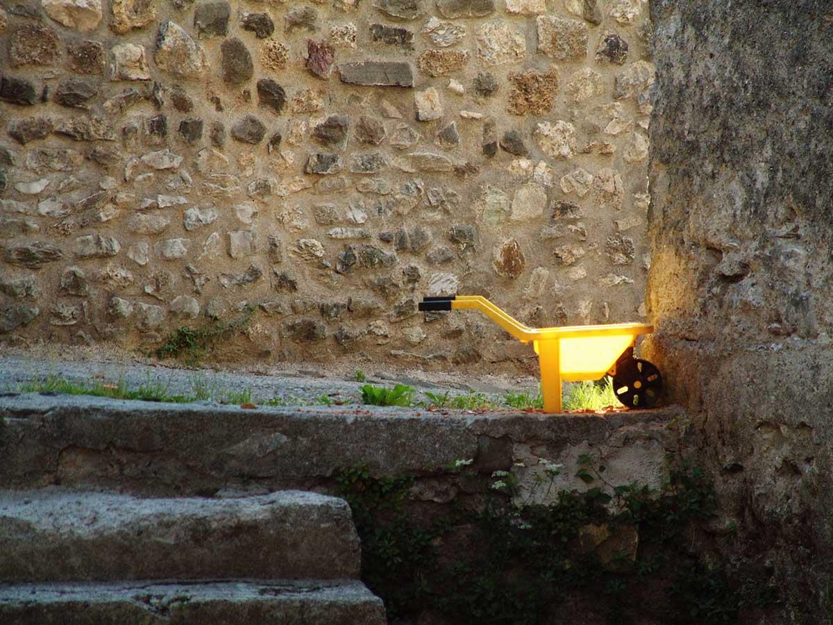Kinder-Schubkarre im Sonnenstrahl in Italien