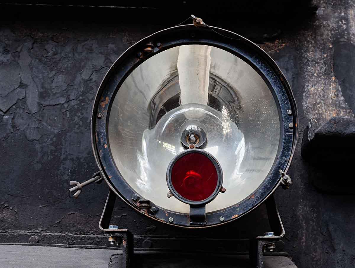 """""""Gesicht"""" in der Leuchte einer alten Dampflok"""