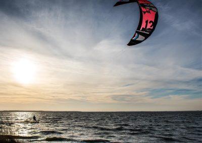 Kite-surfer auf dem Saaler Bodden vor Wustrow an Heiligabend
