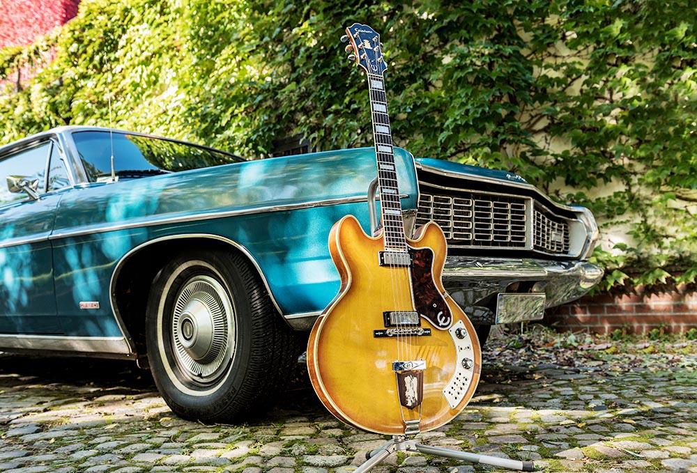 Epiphone Al Caiola (Baujahr: 1966) vom GuitarDoc und ein Ford LTD von 1968