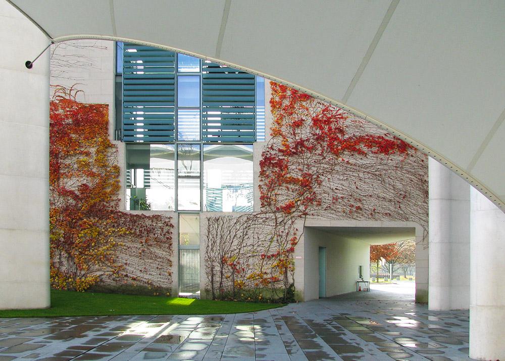 Im Hof des Bundeskanzleramts im Herbst, Berlin